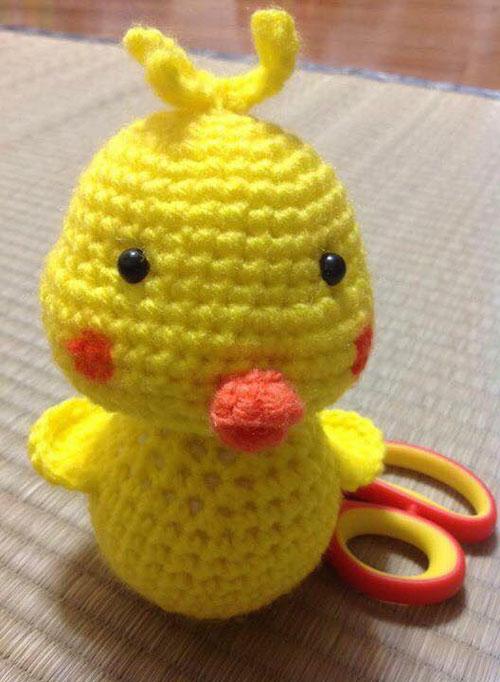 Ngoài bãi đỗ xe tự chế, chị Chi còn móc nhiều đồ chơi bằng len cho các con.