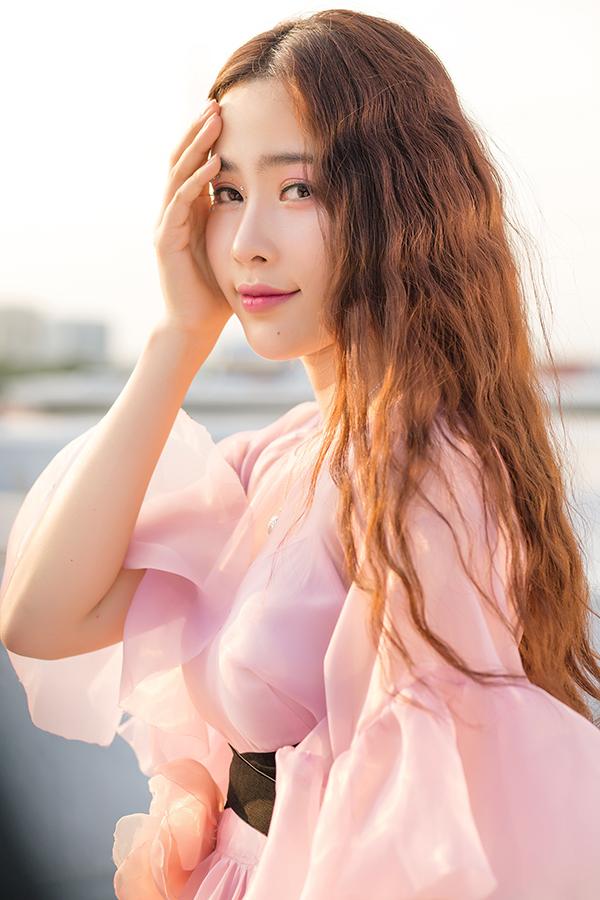 Tối 14/3, Nam Em ra mắt MV Cùng anh đi xa - ca khúc do nhạc sĩ Phúc Bồ sáng tác riêng cho cô. Bản R&B có giai điệu trẻ trung, được Nam Em yêu thích ngay từ khi nghe demo và quyết định quay MV.