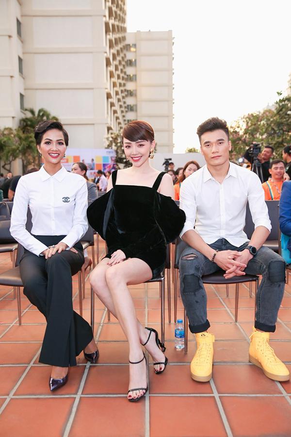 Hoa hậu Hoàn vũ Việt Nam 2017 HHen Niê cũng tham gia sự kiện này. Cô và Tóc Tiên ngồi cùng hàng ghế Bùi Tiến Dũng. Ban đầu, Tiến Dũng khá trầm và rụt rè, sau một hồi trò chuyện với hai người đẹp, anh mới trở nên thoải mái hơn.