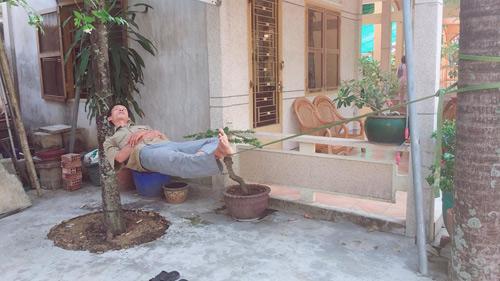 Người đàn ông ung dung ngủ trưa trên mộtsợi dây thừng.