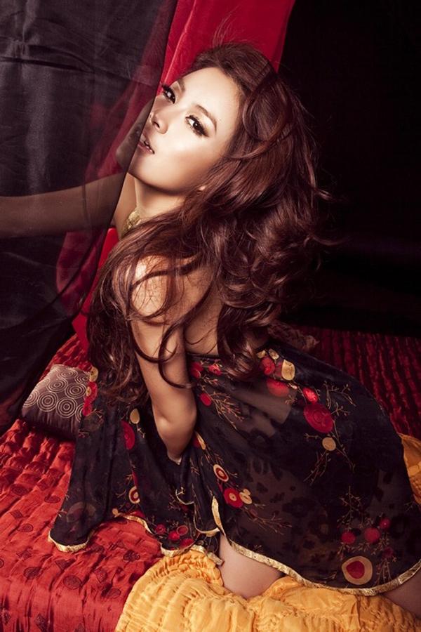 Sau gần 1 năm Hoàng Thùy Linh mất tích, có tin đồn cho rằng cô đã tự tử. Tuy nhiên, nữ ca sĩ trở lại con đường nghệ thuật vào năm 2008 với vai trò ca sĩ và người mẫu ảnh. Cô thực hiện nhiều bộ ảnh gợi cảm và trở thành gương mặt quảng cáo của một số trò chơi trực tuyến.