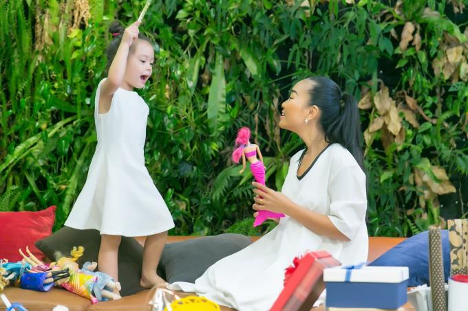 Đoan Trang nuôi dưỡng tình yêu thiên nhiên cho con gái từ nhỏ