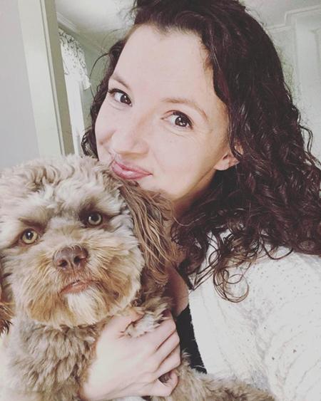 Chú chó mặt người được cô chú Chantal rất yêu quý. Ảnh: The Sun