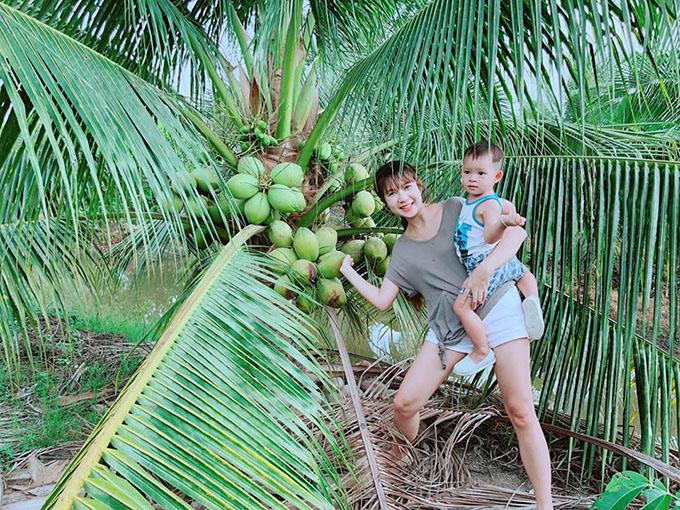 Lý Hải Minh Hà cho các con về quê, oanh tạc vườn cây trái của người thân. Hai vợ chồng nam ca sĩ thường xuyên cho các con trở về gần gũi với thiên nhiên.