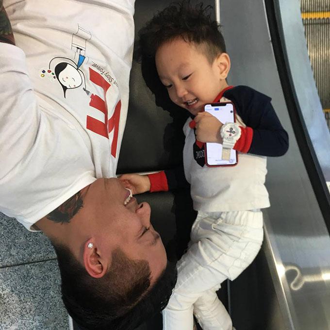 Tuấn Hưng quấn quýt con trai Su Hào sau nhiều ngày công tác ở Hàn Quốc.