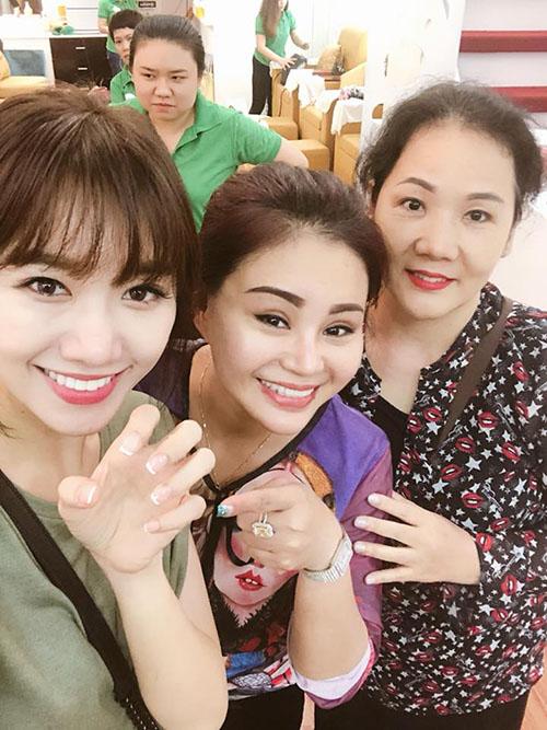 Hariwon đưa mẹ đi làm móng chung với diễn viên Lê Giang.