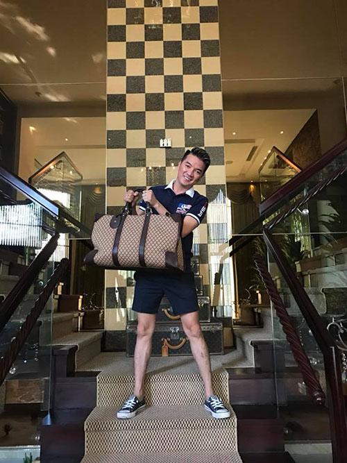 Mr Đàm rao bán 2 trong số hơn 180 chiếc túi hàng hiệu của mình.