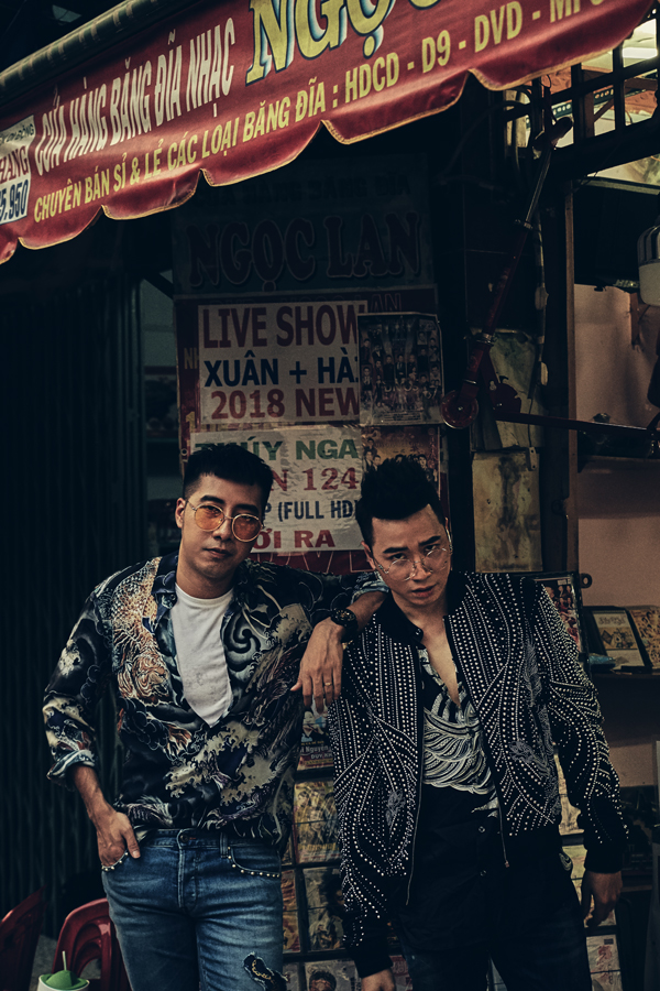Only C hy vọng sau khi nghe sáng tác mới của anh và Karik, các bạn trẻ sống tự tin, lạc quan hơn. Bộ ảnh của hai ca sĩ do stylist Thiên Thanh hỗ trợ thực hiện.