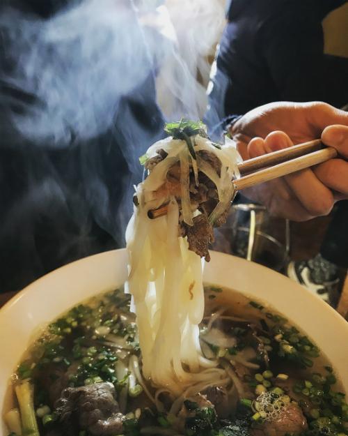 Món ăn được thực khách yêu thích và gọi nhiều nhất có lẽ là phở bò. Phở được nấu theo kiểu miền Nam với hành tây, ngò gai, với giá 12.000 won.