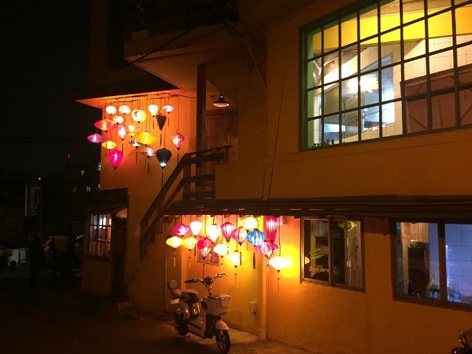 Vào ban đêm, từng chiếc đèn lồng sẽ được thắp sáng, thu hút người đi đường.