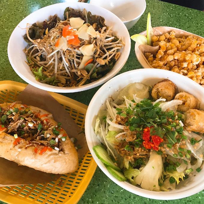 Các món ăn được phục vụ tại nhà hàng đều là những món đặc sản của dải đất hình chữ S như phở bò, bún bò Nam bộ, bún chả, cơm gà, bánh mì, ngô chiên, chả giò, salad đu đủ... Món nào cũng đầy ắp, trình bày đẹp mắt, đầy đủ nguyên liệu như ở Việt Nam.