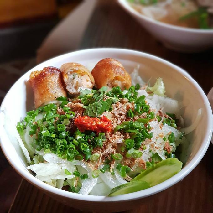 Bún nem (bún chả giò) đầy đủ nguyên liệu nên hương vị được thực khách nhận xét là không thay đổi quá nhiều so với khi ăn ở Việt Nam.