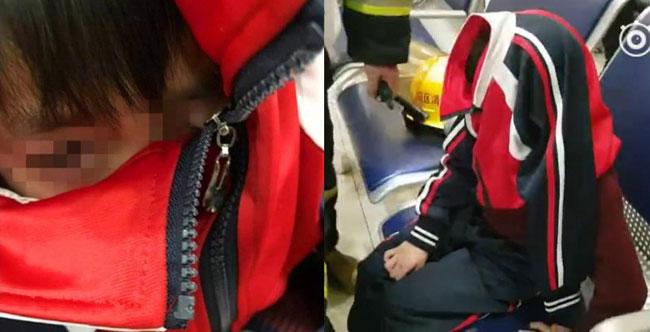 Cậu bé đau đớn trong lúc chờ được giải cứu.
