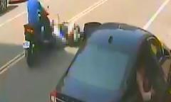 Mẹ bị thương nặng, con 5 tuổi tử vong vì tài xế mở cửa ôtô bất cẩn