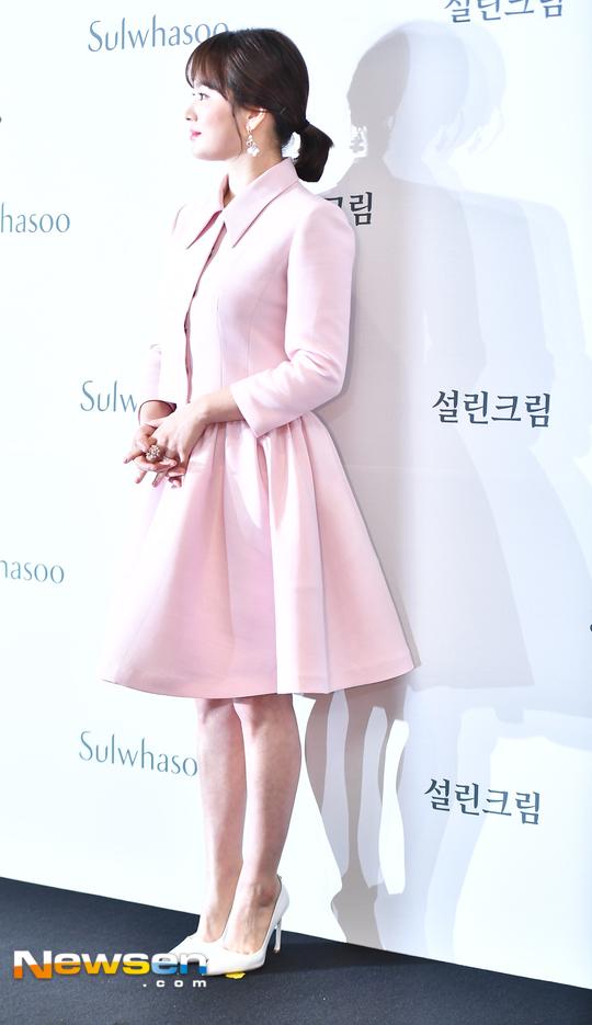 Song Hye Kyo diện váy xòe bó eo, đi giày cao gót giữa tin đồn bầu bí - 5