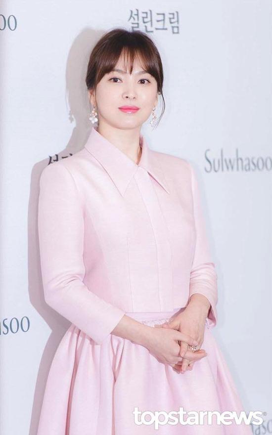 Song Hye Kyo kết hôn tháng 10 năm ngoái và có một cuộc sống hôn nhân hạnh phúc. Cô và ông xã Song Joong Ki thường cùng nhau đi du lịch, cafe, gặp gỡ bạn bè...