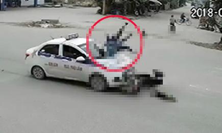 Mẹ chở con gái sang đường ẩu bị taxi húc văng