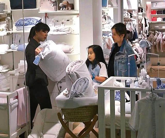 Khải Vận đưa con gái Tú Hoa đi mua đồ cho em bé thứ ba. Ảnh: ON