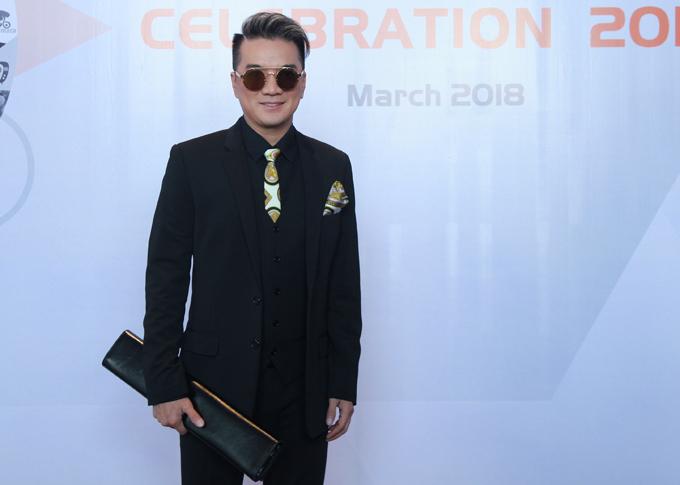 Mr Đàm dự lễ công bố 63 kênh giải trí đoạt nút vàng, nút bạc do đại diện Youtube tại Việt Nam tổ chức.