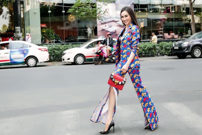 Kim Duyên mặc vest xẻ đến đầu gối dạo chơi ở trung tâm Sài Gòn.
