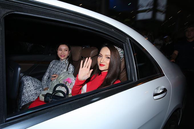 Rừng người chen chúc đón Hương Giang về nước sau một tuần đăng quang Hoa hậu - 11