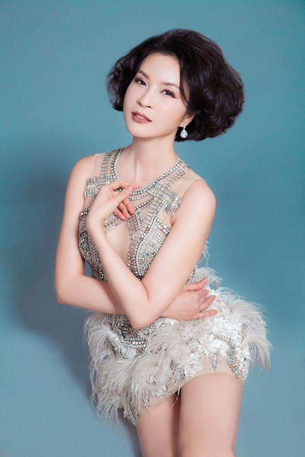 Ở tuổi 45 Thanh Mai không ngại diện trang phục gợi cảm, trẻ trung