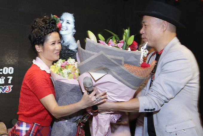 Hôm qua cũng là sinh nhật 48 tuổi của Hồng Nhung. Chị bất ngờ được êkíp thực hiện chương trình chúc mừng tuổi mới ngay tại buổi họp báo. Giám khảo - giám đốc âm nhạc Huy Tuấn tặng hoa cho nữ ca sĩ.