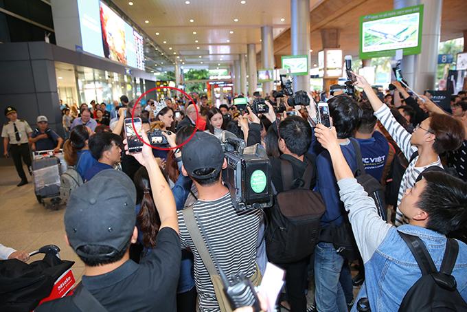 Rừng người chen chúc đón Hương Giang về nước sau một tuần đăng quang Hoa hậu - 2