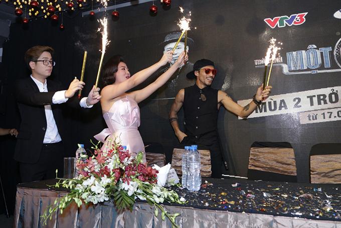 Các huấn luyện viên Bùi Anh Tuấn, Văn Mai Hương, Phạm Anh Khoa đốt pháo bông chúc mừng chị.