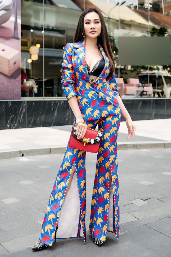 Kim Duyên xuất thân là người mẫu nhưng hiện theo đuổi nghề MC. Á hậu Việt Nam toàn cầu 2013 sắp dẫn dắt chương trình Chuyện trưa 12h của đài truyền hình TP HCM.
