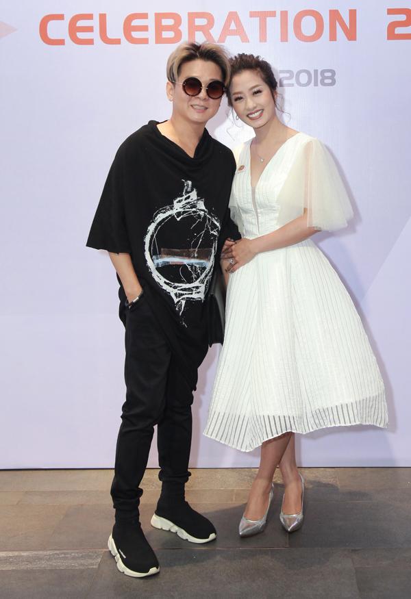 Ca sĩ Thu Hằng Bolero mặc điệu đà đi sự kiện. Cô rạng rỡ chụp ảnh cùng Vũ Hà.