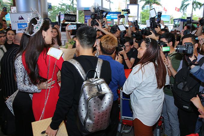 Rừng người chen chúc đón Hương Giang về nước sau một tuần đăng quang Hoa hậu - 3