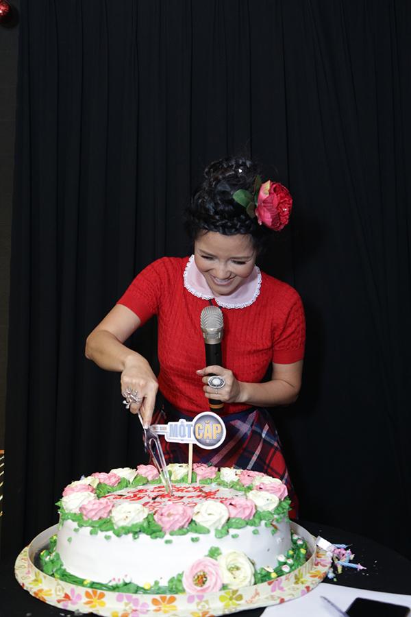 Hồng Nhung thổi nến, cắt bánh kem trước các đồng nghiệp, thí sinh và giới truyền thông.