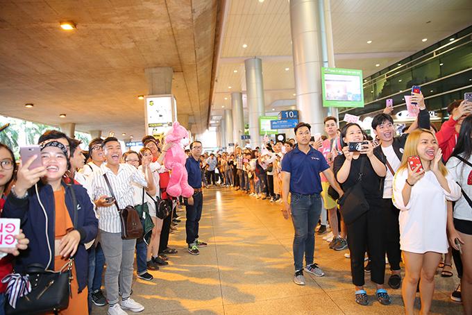 Rừng người chen chúc đón Hương Giang về nước sau một tuần đăng quang Hoa hậu - 4