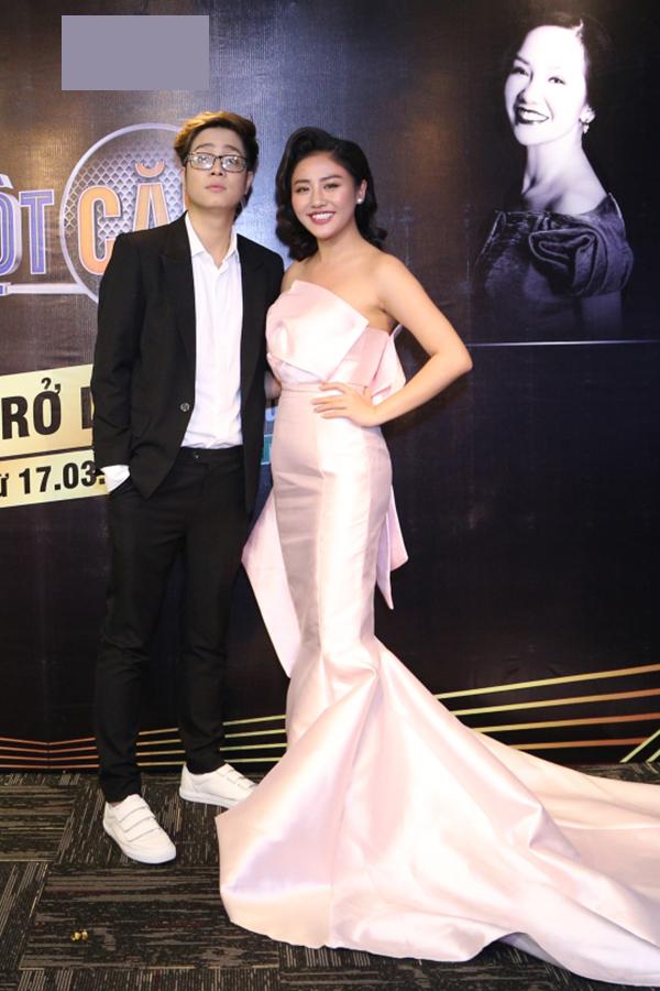Hôm qua, Văn Mai Hương mặc rất gợi cảm, sánh bước Bùi Anh Tuấn tại backdrop của chương trình.
