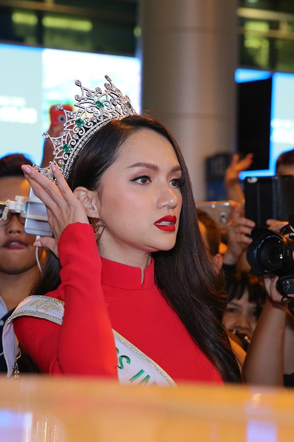 Rừng người chen chúc đón Hương Giang về nước sau một tuần đăng quang Hoa hậu - 7