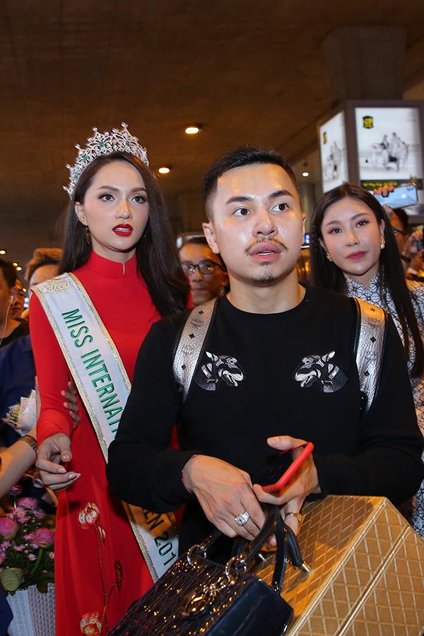 Rừng người chen chúc đón Hương Giang về nước sau một tuần đăng quang Hoa hậu - 8