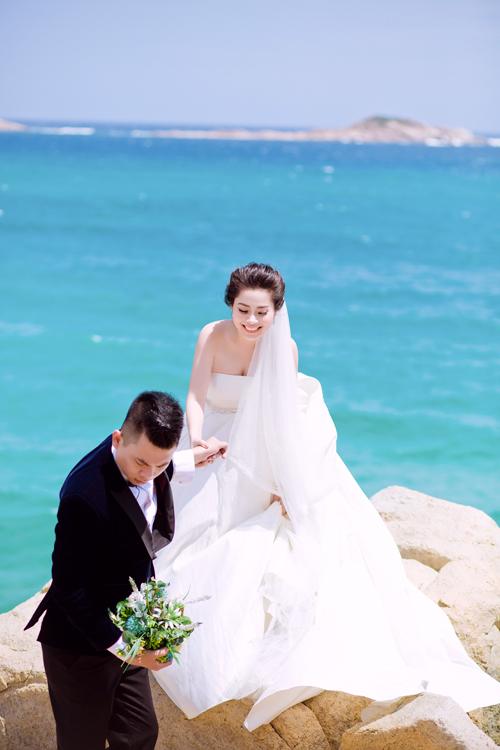 Chụp ảnh ở Nha Trang, cô dâu và chú rể phải trèo ra những bờ đánhưng cả hai đều cố gắng cười thật tươi để có nhiều bức hình đẹp.