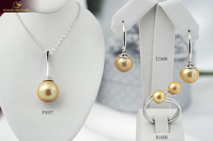 Phong cách đơn giản kết hợp cùng những viên ngọc trai sắc vàng nổi bật làm tôn lên vẻ đẹp độc đáo cho bộ trang sức.