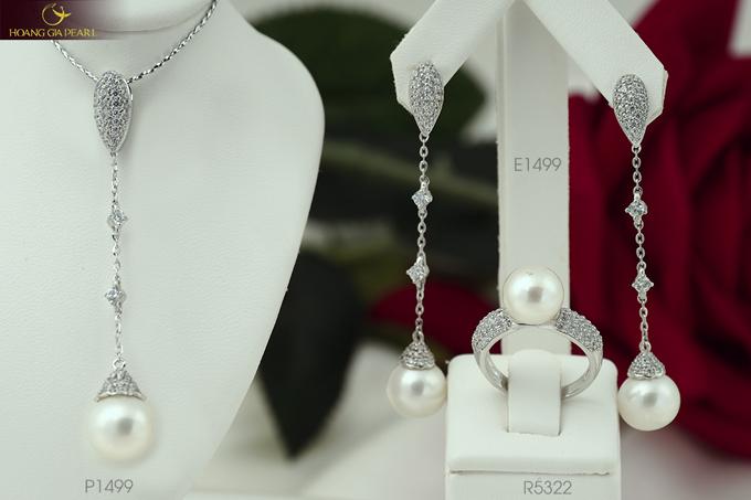 Bộ sưu tập mới của Hoàng Gia Pearl còn có những thiết kế trang sức dáng dài duyên dáng, xinh xắn.