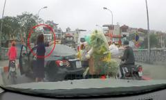 Nữ tài xế quay đầu ôtô trên cầu, trút giận vào người đi xe máy