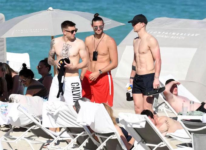 Dàn cầu thủ West Ham tắm nắng cùng nhiều chân dài ở bãi biển - 4