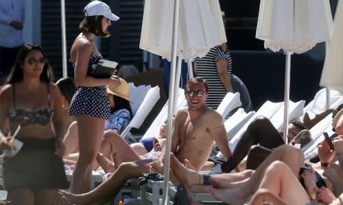 Dàn cầu thủ West Ham tắm nắng cùng nhiều chân dài ở bãi biển