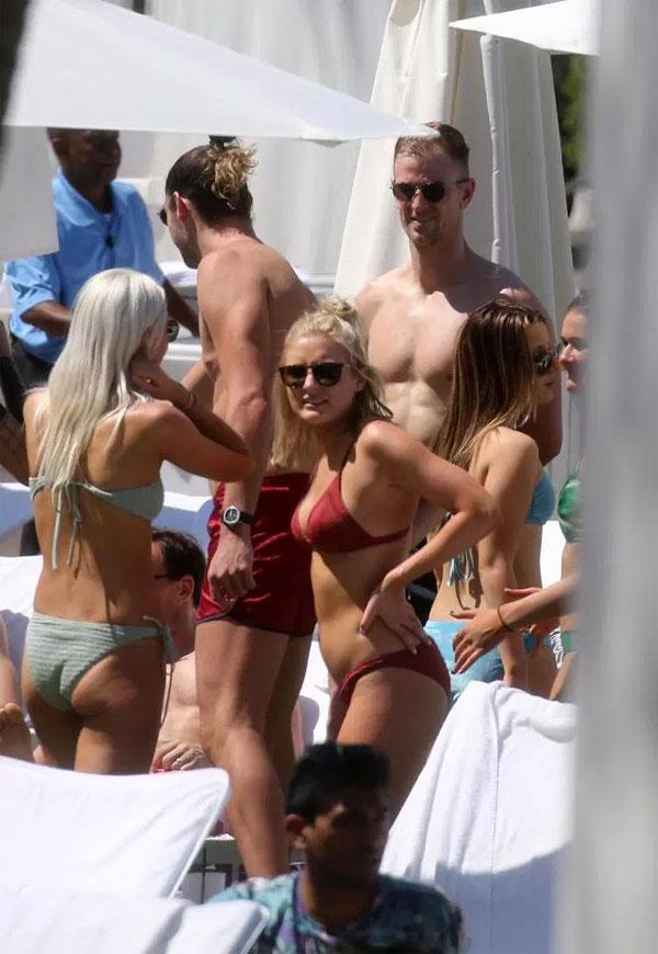 Đi cùng các cầu thủ West Ham là nhiều bóng hồng, xuất hiện trên bờ biển. Những ngôi sao Ngoại hạng Anhnghỉ ngơi tại khách sạn Fontainebleau.