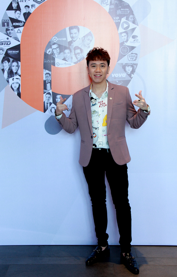 Nghệ sĩ hài Anh Đức chỉn chu, lịch lãm dự họp báo.
