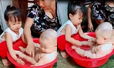 Bé gái 2,5 tuổi giúp bố mẹ tắm cho em trai