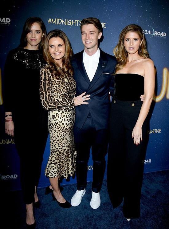 Patrick đến dự lễ ra mắt phim cùng bạn gái (bên phải), mẹ và chị gái.