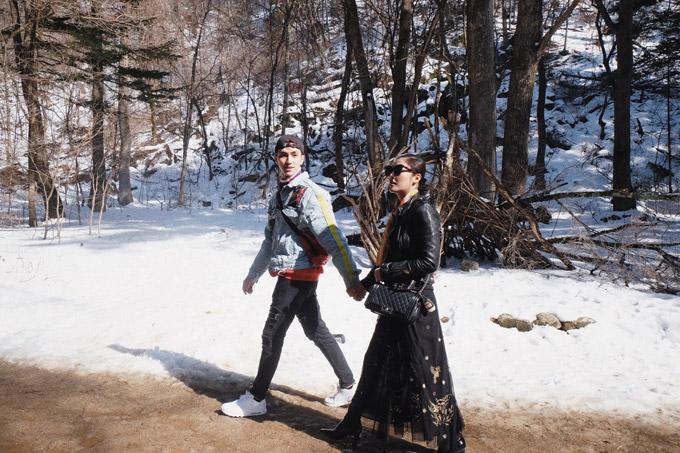 Trong chuyến công tác đến xứ kim chi cách đây ít ngày theo lời mời của Tổng cục Du lịch Hàn Quốc, Á quân Idol và nam diễn viên Tình khúc Bạch Dương đã có những trải nghiệm thú vị tại tỉnh Gangwon. Cả hai ghé thăm nhiều địa danh du lịch nổi tiếng, từng là bối cảnh quay của một số bộ phim truyền hình ăn khách, trong đó có chùa Woljeongsa, nằm ẩn mình giữa khu rừng ở núi Odaesan.