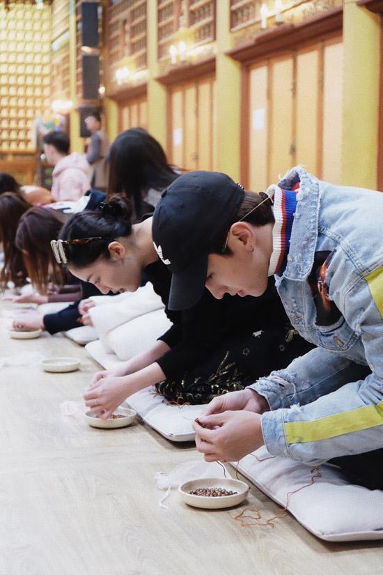 Văn Mai Hương và Bình Ancó dịp thực hiệnnghi lễ làm tràng hạtvới 108 hạt gỗ. Hai nghệ sĩ kể rằng, mỗi lần xâumột hạt, cả haiphảiquỳ và lạy một lần. Mất hơn một giờ đồng hồ, cả hai mớihoàn thành tràng hạt.