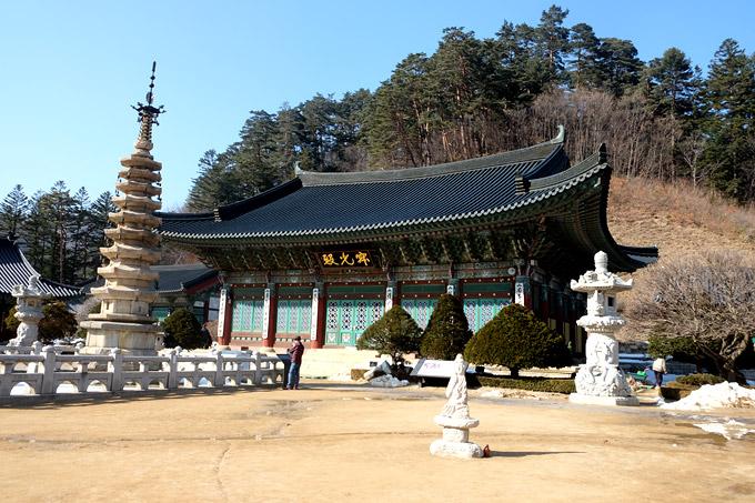 Giữa sân đền là tháp đáchín tầng hình bát giác, xuất hiện từ triều đại Goryeo (918-1932). Tòa tháp này cao 15m, trên mỗi tầng đều có treo chuông gió.